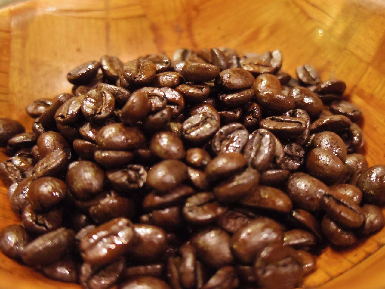 画像: この艶、深煎りの特徴なんだそうです。香ばしい匂いもたまりません… www.coffee-story.co.jp