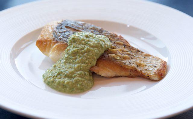 画像: 白身魚の鉄板焼き~サルサベルディ~ タベルナ・アイ: 今井 寿 シェフ www.taverna-i.com