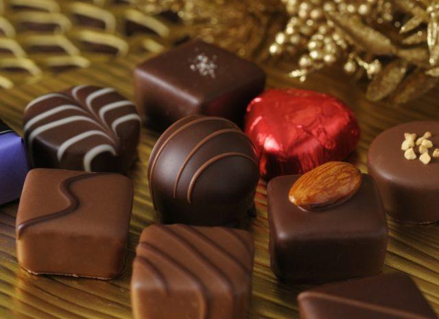 画像: 商品名:「プラリネショコラ」(■) 価 格: <7種8個入>¥500(税込¥540)、 <13種14個入>¥1,000(税込¥1,080)、 <16種21個入>¥1,500(税込¥1,620)、 <17種28個入>¥2,000(税込¥2,160) 特 長: 宝石のような輝きを放つ、ひと粒チョコレートの詰め合わせ。さまざまな味わいをお楽しみいただけます。ホワイトデーはもちろん、春のごあいさつギフトにもおすすめ。