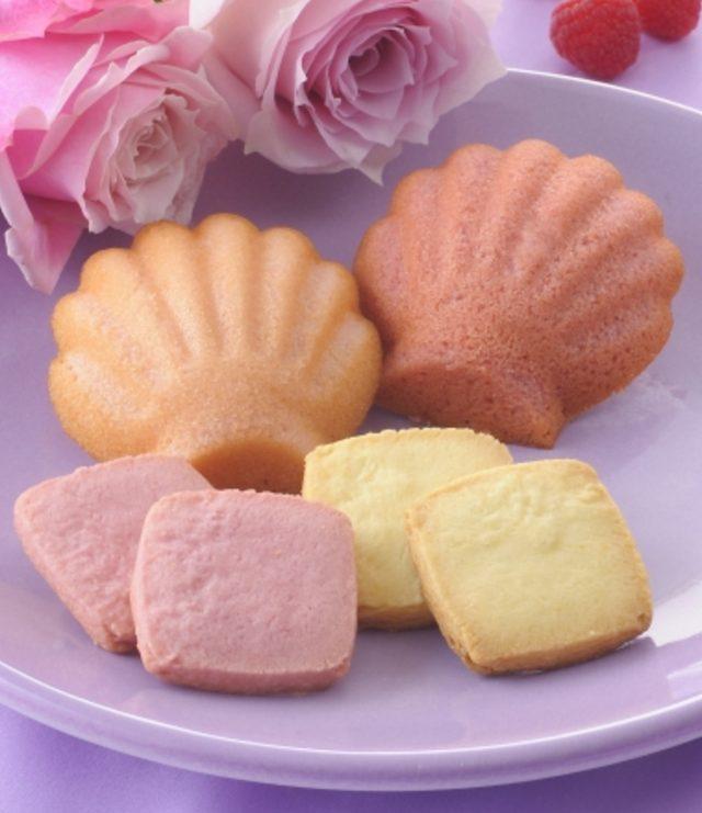 画像: 商品名:「スプリングアソート」(■) 価 格: <3種5個入>¥350(税込¥378)、 <4種8個入>¥500(税込¥540)、 <5種16個入>¥1,200(税込¥1,296) 特 長: ほんのり甘酸っぱいフランボワーズマドレーヌとバラの香りが広がるローズマドレーヌ、風味ゆたかなクッキーを詰め合わせました。女性に喜ばれる華やかなスイーツギフトです。