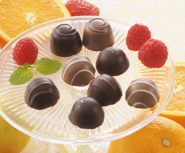 画像: 商品名:「ショコラ ド フリュイ」(■) 価 格: <3種3個入>¥400(税込¥432)、 <5種5個入>¥600(税込¥648)、 <5種10個入>¥1,000(税込¥1,080) 特 長: フルーツとチョコが織り成す、酸味と甘みのハーモニー。とろとろジャム&ホワイトチョコをチョコレートで包んだストロベリー。フルーツ風味のソフトチョコをチョコレートでコーティングした、カシス、レモン。3つのフルーツのとろけるような味わい。