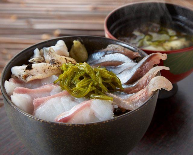 画像: 目玉は、たら・さんま・つぶ貝の刺身を豪快に載せた海鮮丼!