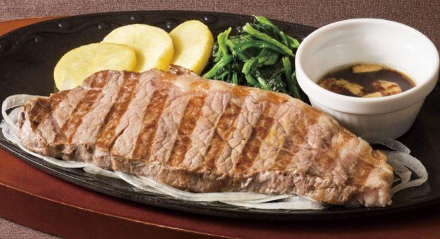 画像: 大麦牛のサーロインステーキ  1,851円(税込1,999円) 湧き立つ音と香りに食欲をそそられる、あつあつ鉄板メニュー。大麦を中心とした植物性飼料を一定期間与えて穀物飼育をした「大麦牛」は旨味成分が多く、ジューシーな味わい。噛みしめるほどに感じる肉の旨味を、シンプルに、ダイレクトに味わっていただける一品です。ソースは、おろしソース・にんにく醤油・黒にんにくソースからお選びください。