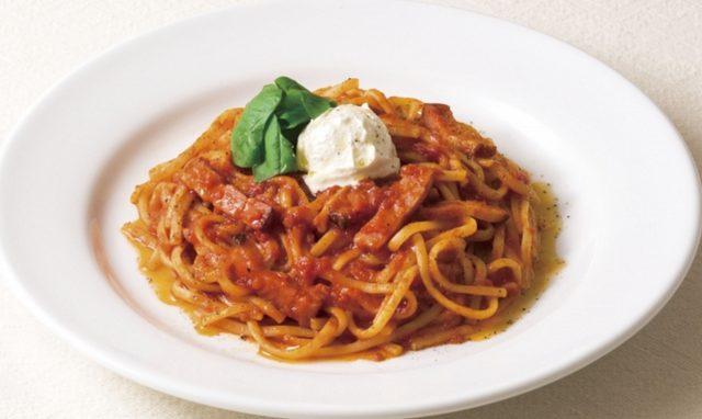画像: 生パスタ マルゲリータ~北海道産マスカルポーネ使用 795円(税込858円) トマトのフレッシュ感をいかしたトマトソース、マスカルポーネ、厚切りのベーコン、香りの良いバジルなど、シンプルな素材で仕立てたトマトソースのパスタです。滑らかな口どけと優しい風味、豊かなコクのマスカルポーネには北海道産の生乳を使用しました。生パスタ「リングイネ」の美味しさもしっかりと感じていただけるベーシックな一品です。