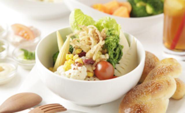 画像: サラダボウル 天然酵母パンセット 900円 マヨネーズに合う彩りのよい野菜をサラダスタンド形式で提供。野菜を5種のカラフルマヨディップ(フムス・バジル・トマト・アボカド・オリーブ)につけて食べて。
