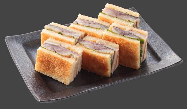 画像: さばサンド 6切れ (780円) こんがり焼いたトーストに脂のり抜群の〆さばをサンド。 アクセントのわさびマヨネーズがぴったりマッチする、意外な組み合わせながらあっさりした後味の一品です。