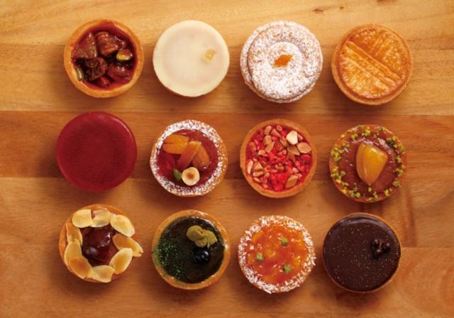 画像: タルトレット(12種)各292円 タルト生地にフィナンシェやマドレーヌを入れ、仕上げに旬のフルーツやナッツ、ジャムやチョコレートを重ねました。