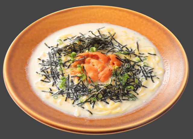 画像: 生うにのクリームラーメン (780円) 鯛のダシがきいた魚介スープに生クリームを加え、たっぷり生うにを惜しみなく添えました。上品で濃密な味わいを中太縮れ麺に絡めてお楽しみください。
