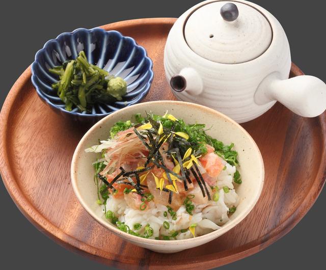 画像: 鯛茶すし (680円) 香ばしく焼き上げた活〆鯛を酢飯に たっぷりと混ぜ込んで、鯛、サーモン、ハマチを贅沢に盛りつけた新しいすしの形。