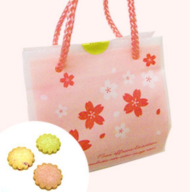 画像: 【桜のクッキーバッグ:3種15個入 594円(税込)】 桜の花、葉、実(チェリー)の3種のクッキーを桜のイラストがあしらわれたピンクの可愛らしいバッグに詰め合わせました。