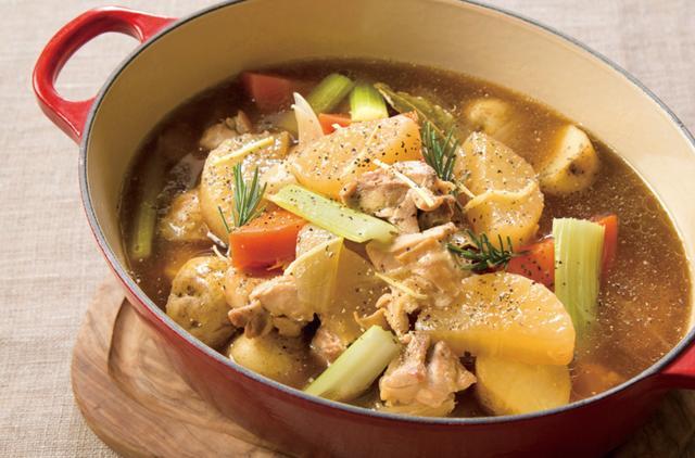 """画像: ・ゴロゴロ野菜と生姜のポトフ """"ボーンブロス""""に生姜の風味を効かせ、鶏肉、大きめに切った野菜を入れた贅沢なポトフ。出汁の旨みとともに、体を温める生姜で、まだ肌寒い早春にお薦めの料理です。"""