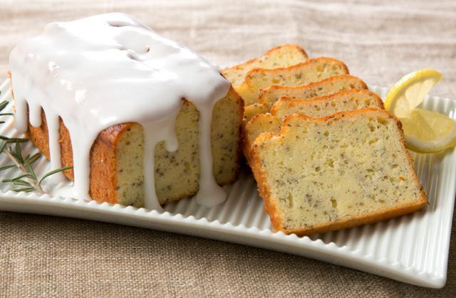 画像: ・ローズマリーとチアシードのヨーグルトケーキ ヨーグルトを入れることでしっとりと焼きあげたパウンドケーキ。チアシードの食感とローズマリーの香りに、爽やかなヨーグルトとレモンの酸味をお楽しみいただけます。