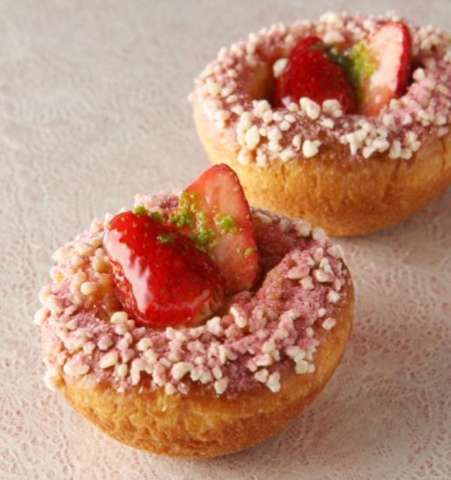 画像: 商品名:苺とクリームのブリオッシュ 価格(税抜):330円 商品詳細:春を想起させるクリームパンです。苺とカスタードクリームの黄金比の組合せ。甘さと酸味が程よいブリオッシュです。