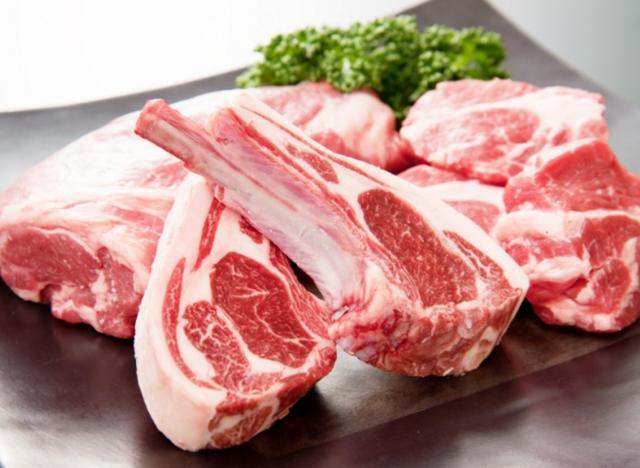 画像: 「肉の山本」の羊肉は驚くほど羊特有の臭いがない(写真は特上肩ロースとラムチョップ)