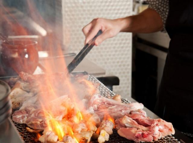 画像: 豪快に炙る料理人の姿が見られるライブ感満載の演出