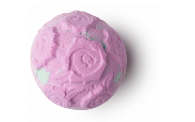 画像: ロージーボムシェル  720円 ROSE BOMSHERLL/バスボム 黄色いローズのツボミやローズの抽出液、ローズオイルが、バスルームをローズのお花畑に変えてくれる、そんなうっとりするような香りのバスボムです。このアイテムに使用しているローズは、2万種以上あると言われているバラの中でも、古くから「バラの女王」として人々に愛されてきたダマスクローズで、トルコで家族経営をしている農家から直接仕入れています。お湯の中で溶け始めると、外側の殻がはがれ、フレッシュなシチリア産レモン油とゼラニウム油の香りが登場します。最後にローズの花びらが広がるバスタイムで優雅な時間を。