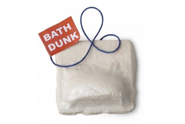 画像: フラワリングティーバッグ   950円(税込)/100g FLOWERING TEA/バブルバー 花びらでいっぱいのお風呂は、まるでカップに注がれた紅茶のよう。チュニジア産のネロリや、オレンジ花エキス、ジャスミンとローズウッドの香りが、バスルーム一杯に広がるバブルバー。お風呂の中で、このティーバッグの形をしたアイテムを、くるくる円を描くようにかき混ぜると、ふわふわの泡ができ、使用後に乾かすと複数回使用できるリユーザブルタイプのバブルバーです。また、何回か使用するうちに、中から青色のヤグルマソウの花びらが現れるという、異なる楽しみ方も味わえます。