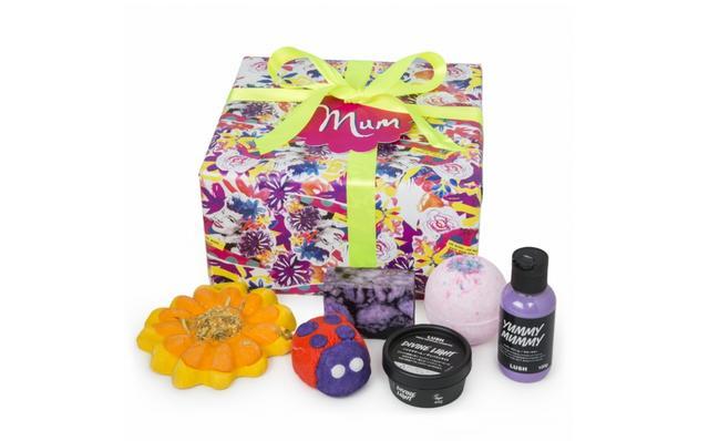 画像: LUSHマム ギフト/ MUM  5,200円 Contains… 桜日記(バスボム)、レディバード、サンフラワー(バブルバー)、リスペクト ユア エルダー 100g(ソープ)、ヤミーマミー シャワークリーム100g(シャワークリーム)、ディバインライト45g(ハンドクリーム) 花々が咲き誇るフレッシュな香りとともに、華やかなひと時を贈る、6種類のアイテムを詰め合わせた贅沢なギフト。母の日限定アイテムのバブルバー『レディバード』『サンフラワー』の2種と『ヤミ―マミー シャワークリーム』に加え、バスボムやソープ、また洗い物や洗濯物で乾燥した手をいたわるハンドクリームが、お母さんを笑顔にしてくれることは間違いなし。ラッシュ商品のクリアボトルを再利用して製造した100%リサイクル素材のリボンを使用。