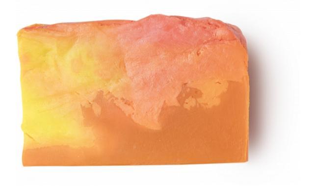 画像: サンライズ 720円(税込)/100g SUNRISE SOAP/ソープ 柔らかく滑らかなお肌に導く、クリーミーなソープ。お肌を柔らかく整える絹ごし豆腐やコチョウセッコク花、ムルムルヤシの種子から採取される保湿力が高いムルムルバター、お肌をいたわるトウキンセンカエキスをブランドし、乾燥したお肌をいたわりながら、しっかりと潤いを与えます。熟したオオベニミカンの皮をコールドプレスして抽出された、オレンジのように甘く香るタンジェリンオイルが、バスタイムでの気分を高めてくれます。