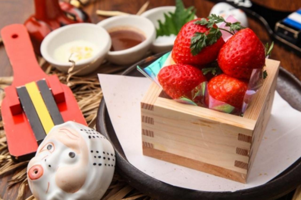"""画像: <その他の「あまおう」メニュー> ■""""あまおう味くらべ""""10粒入り ¥680 あまおうをまずはそのまま、その後にお好みで柚子練乳、チョコレート、室戸塩をつけて味比べしながらお召し上がり下さい。 ■雪解けあまおうの果実酒仕立て ¥680 あまおうを柚子の大バカ18年に漬けこみました。ヨーグルトとご一緒にお召し上がり下さい。すっきりした司牡丹と好相性です。"""