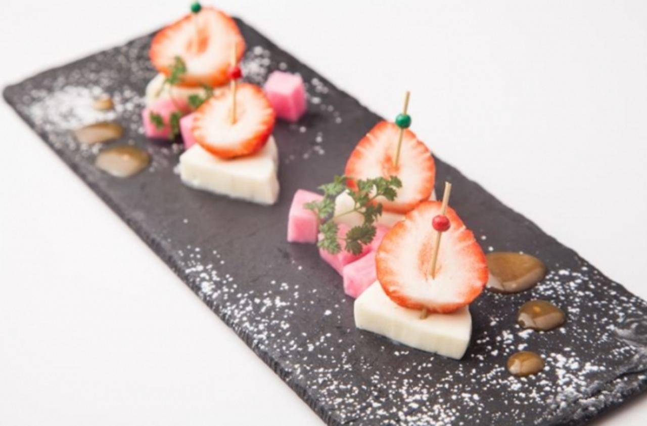 """画像: あまおうの味噌漬け""""藁焼きチーズ"""" ¥680 味噌漬けにしたあまおうを藁焼きした薫り高いモッツァレラチーズと一緒にお楽しみください。"""