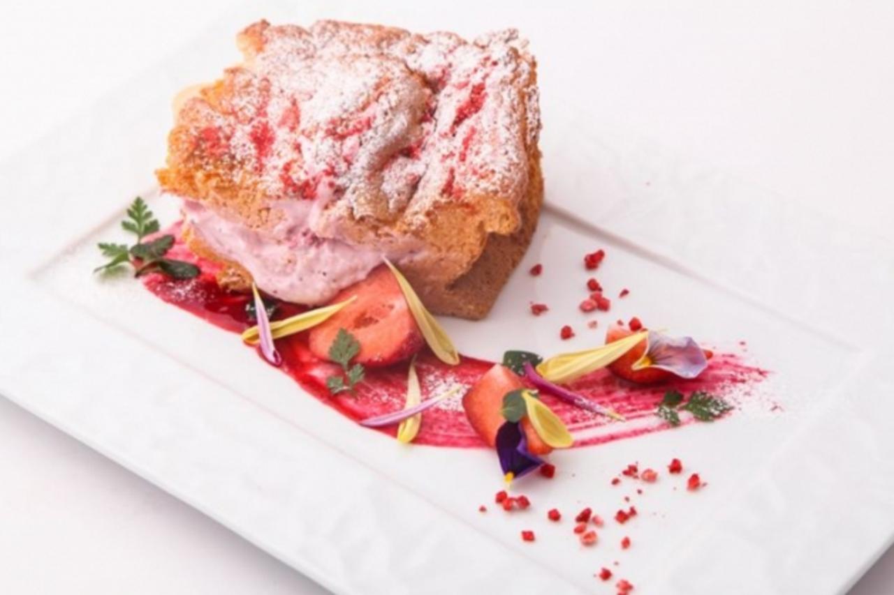 画像: あまおう苺の生パウンドケーキ ¥700 ゆるふわ食感で人気の「生パウンドケーキ」をあまおうでアレンジしました。ふわっふわのスポンジとトロトロのあまおう苺クリームの相性が抜群です。