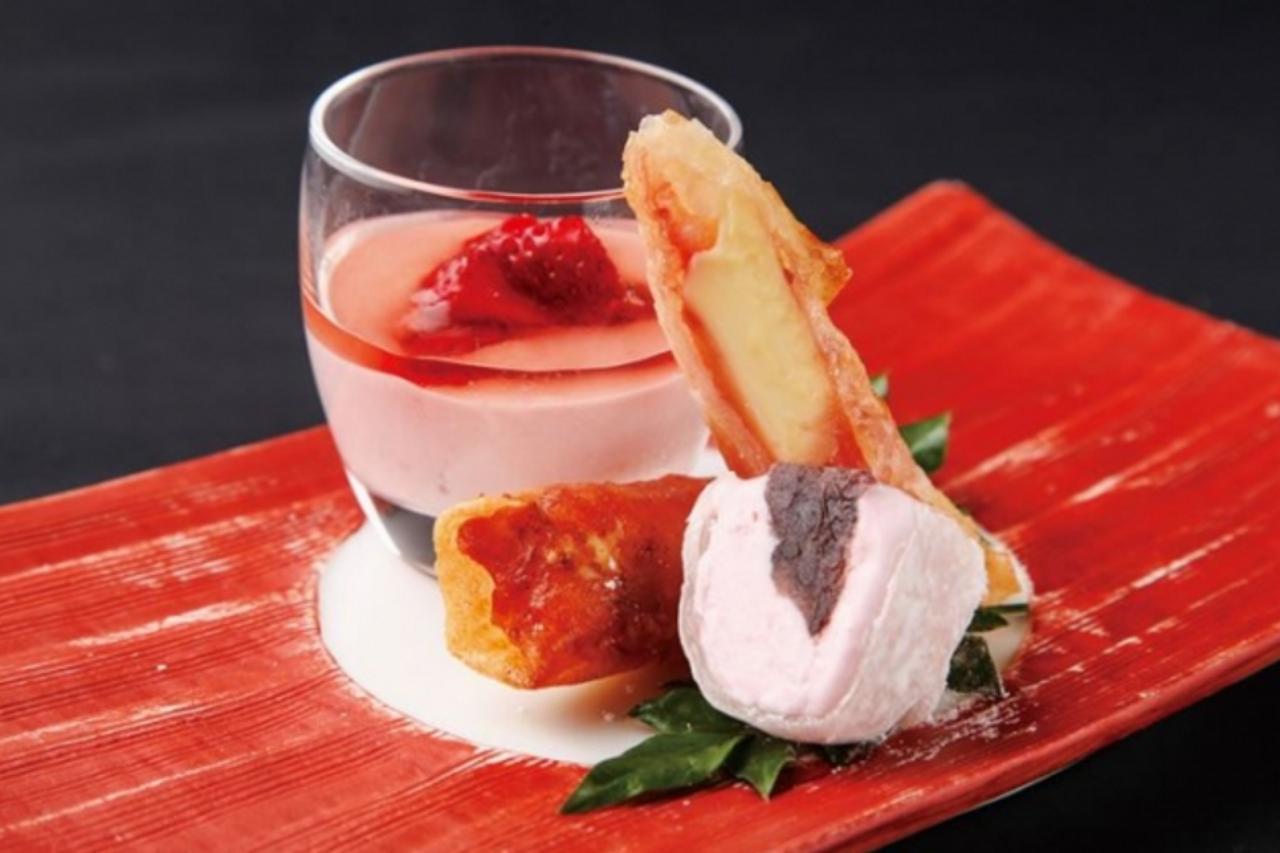 画像: あまおうのよくばり和スイーツプレート ¥680 あまおう苺のムース、あまおう苺とクリームチーズの春巻き、あまおう苺の大福アイスとあまおうづくしの3種の和スイーツ贅沢に盛合せました。 プルンとした食感の甘酸っぱい春色ムースには、丸ごとあまおうをトッピング。 クレープで包んだ大福アイスは、甘酸っぱいアイスとあんこの組み合わせをお楽しみいただけます。 さらにパリパリ食感の春巻きで味わいにアクセントを加えました。