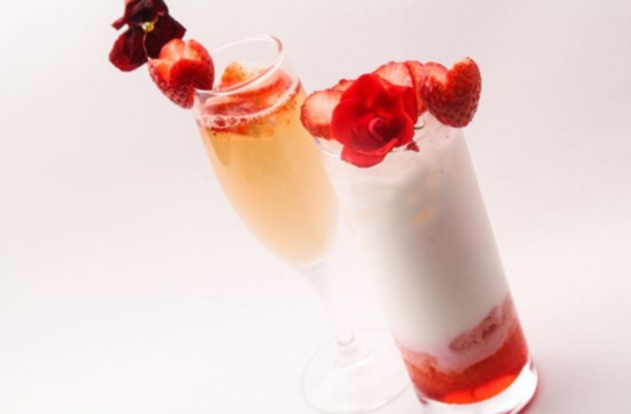 画像: <その他の「あまおう」メニュー> ■Jewel of strawberries  ~女王が愛した苺たちフレッシュフルーツカクテル~ ¥1,080 紅茶のリキュールとスパークリングワインのカクテル。クィーンがだいすきな赤い苺を宝石に見立てて… ■女王のスプリングマジック  ~旬のあまおうをそえて~ ¥780 ヨーグルトドリンクとカルピスで満たしたグラスをあまおうでドレスアップしたノンアルコールカクテル。