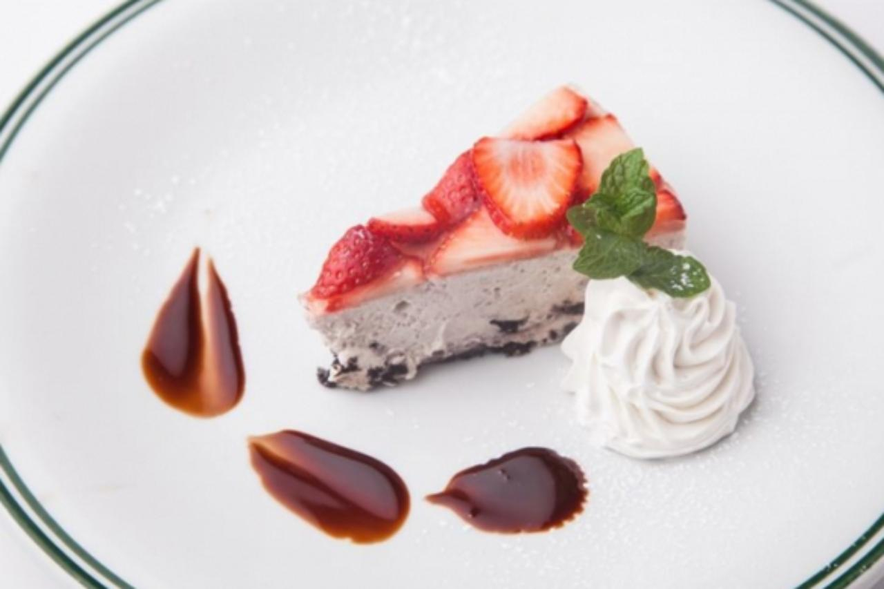 画像: <その他の「あまおう」メニュー> ■あまおうオレオレアチーズケーキ  ¥630 あまおうをたっぷり使用したレアチーズケーキ。オレオを混ぜ込み、サクサクとした食感とカカオ感でアクセントを加えました。 ■あまおうヨーグルトラッシー  ¥530 あまおうを丸ごと4個も使用し、あまおうの美味しさも丸ごと楽しんでいただけます