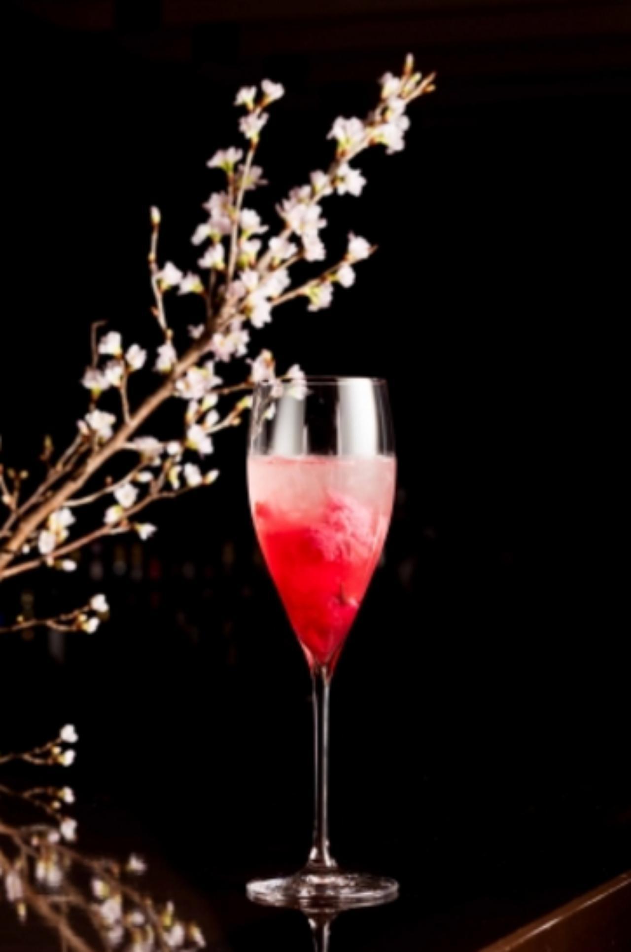 画像: ルージュ ロワイヤル Rouge royal 桜リキュール/桜の塩漬け/ズブロッカ/クランベリージュース/レモンジュース/シャンパン