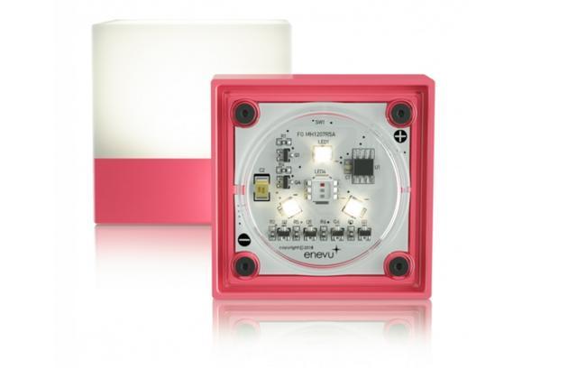 画像: enevu® CUBE GLO PINK エネヴュー キューブ ブランドショップ限定グローピンク 参考価格:3,980円(税込) ホワイトライト: 最大100ルーメンの3段階ホワイトライト、最長連続時間100時間 カラーライト: スペクトル変色、特定の色でロックする機能 緊急モード: 緊急フラッシュモードで最大48時間照射可能 本体サイズ: 5.25 x 5.25 x 5.25cm 本体重量: 97g (乾電池含む)、62g (乾電池を取り除いた状態) 電力:単四乾電池3本(購入時に付属、eneloopなどの充電式電池利用可能) 材質: ABS樹脂、ラバー、ポリカーボネイト、AS樹脂、カスタムステンレスネジ 耐水性能: IPX4 防沫対応 耐衝撃性能: 高さ1m 同梱品:本体、吊り下げフック、Duracell製アルカリ単4乾電池3本