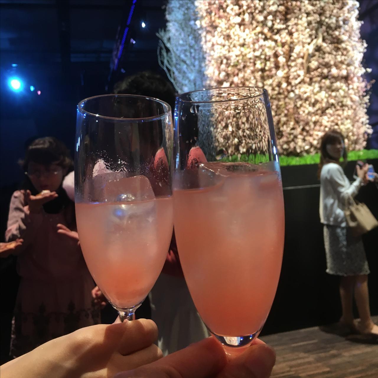 画像: ドリンクコーナーではキレイな桜色のカクテルが振舞われました