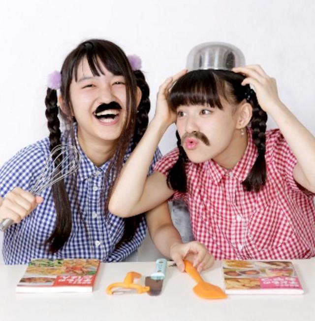 """画像: ■生ハムと焼うどん 同じ高校の同級生同士である西井と東によって結成された、現役女子高生(JK)ユニット。 ユニット名の由来はお互いの好きな食べ物から、 西井の好きな""""生ハム""""と東が好きな""""焼うどん""""を合わせて""""生ハムと焼うどん""""と名付けられた。 所謂普通のMCはおこなわず、ライブごとに毎回異なる寸劇を用いたライブパーフォーマンスが特徴。 衣装、作詞作曲、脚本、構成などはすべて彼女たちのセルフプロデュースで制作されている。 ファンのことを""""食いしん坊""""と呼び、ライブ後の物販では""""食いしん坊ネーム""""をつけてもらうために新規のファンが大挙する。 2015年3月より生ハムと焼うどんとしての本格的な活動を開始。それから僅か7ヶ月後の10月16日に新宿タワーレコードにて行われたミニライブイベントでは200枚のCD-Rが20分で完売した。 2015年10月25日、新宿MARZにて初のワンマンライブを開催。300人を動員してソールドアウトを記録する。 namaudon.tokyo"""