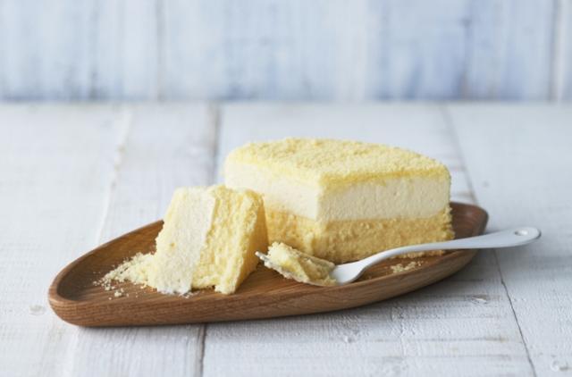 画像: ドゥーブルフロマージュ 価格:1728円(税込) チーズケーキの常識を超えたルタオの傑作 ひと口ふくむと、まるで雪のようにとろけだす「口どけのよさ」、一瞬で満ちていく、ふくよかな「ミルク感」、そして落ち着いた上品な甘さ。 味わう楽しみと幸福感を一段と増して、ドゥーブルフロマージュが進化しました。やわらかな口あたりのレアチーズケーキと、しっかりとしたコクを感じるベイクドチーズケーキのコントラストも深まり、よりおいしさをご堪能いただけます。ぜひ一度ご賞味ください。
