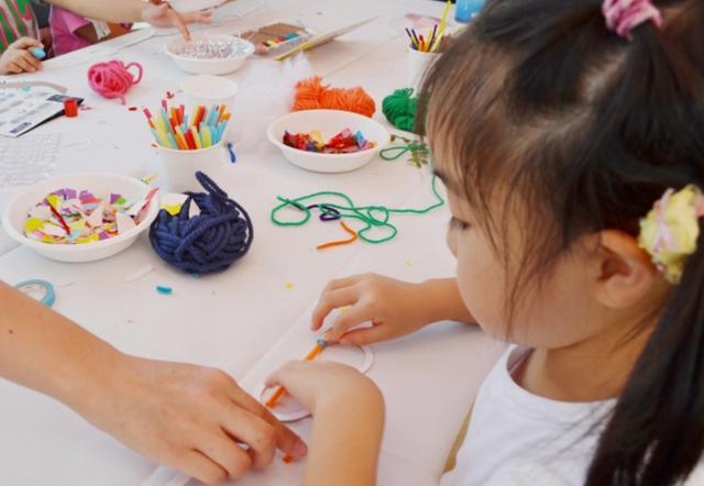 画像: 眼鏡スタイリスト藤裕美さんによるワークショップ。カラフルな色紙やカラーテープを使って、自分だけのめがねを作ることができます。