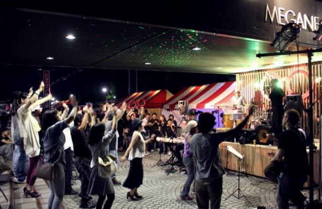 画像: 昨年おおいに盛り上がっためがねナイトが、今年も28 日(土)に開催されます。(~20:30 まで)普段はめがね関係の仕事をしているプロフェッショナルたちが、めがねBAR「glass×glass」を運営します。めがねフェスオリジナルグッズの販売や、JB ORGA BAND のライブステージなど、めがねづくしのディープな夜をお楽しみください。