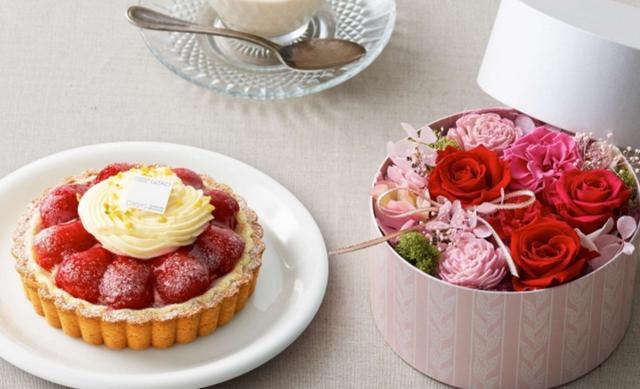 画像: 母の日ギフトBOX~ブーケ~ お母さんのために特別に作った、感謝の花束みたいなタルト「ストロベリーフラワー~ルバーブ~」とプリザーブドフラワーアレンジ「ブーケ」のセット。 価格:6,985円(税込)送料無料