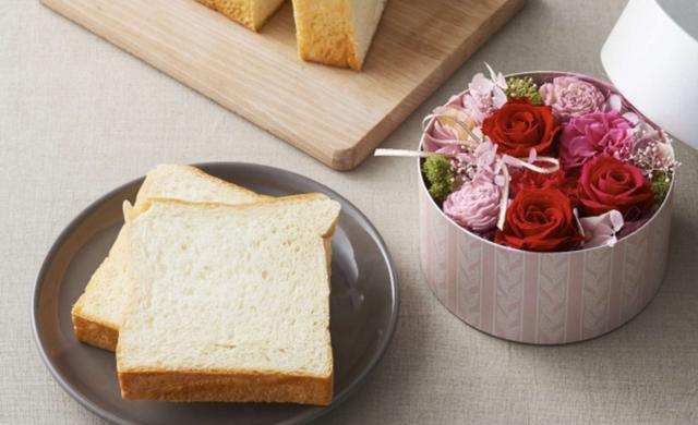 画像: 商品名:母の日ブレッドセット~ブーケ~ 一度食べると、きっとファンになる。ルタオだけの食パンとお花をセットに。「北海道生クリーム食パン」と、プリザーブドフラワーアレンジ「ブーケ」のセット。 価格:6,985円(税込)送料無料 ※化粧箱のご用意はございません。