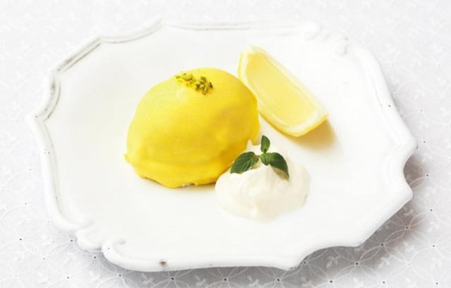 画像: ●レモンカスタードケーキ まるでレモンなゼリー添え(本体価格:740円) レモンピールが入ったふわふわの生地にカスタードをたっぷり詰め込んだ昔懐かしい一品です。