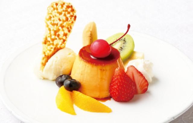 画像: ●プリン・ア・ラ・モード(本体価格:850円) しっかりとした食感に仕上げたカスタードプディング。 バニラアイスと色々なフルーツを盛り合わせて、一皿で様々な味が楽しめます。
