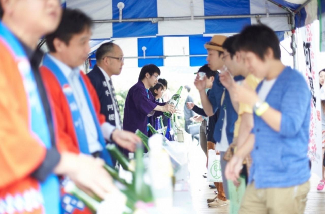 画像: 日本酒に関する様々な事業を行う「KURAND」が厳選した、全国各地の25社の蔵元が渋谷・みやしたこうえんに集結します。イベント中は、各蔵元ブースにて、各蔵元が自慢の日本酒を参加者に振る舞います。その数、おおよそ100種類以上。蔵元で丹精込めて造られた品質の高い手造りの日本酒、普段は地方でしか飲むことの出来ない日本酒を、日本のカルチャーを牽引する街・渋谷で好きなだけ楽しむことができます。