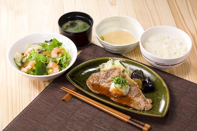画像: 薄切りサーロイングリルととろろご飯和膳 1,199円 薄切りサーロイングリルと、とろろご飯、海老のミニサラダ。いろいろな味をお楽しみいただけます。