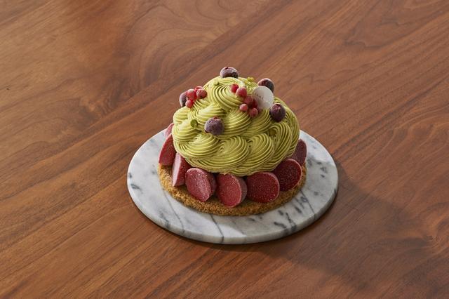 画像: 【商品名】フォレノワピスターシュ (Forêt noire pistache) 【料金】¥4,500(税抜) 【販売期間】5月16日~通年販売 【商品説明】 ピスタチオの鮮やかなグリーンと周囲を縁取るグリオットの赤いソルベのコントラストが美しいアントルメグラッセ。中のチョコレートアイスのビター感と、ピスタチオ、グリオットの爽やかなソルベのバランスが絶妙です。