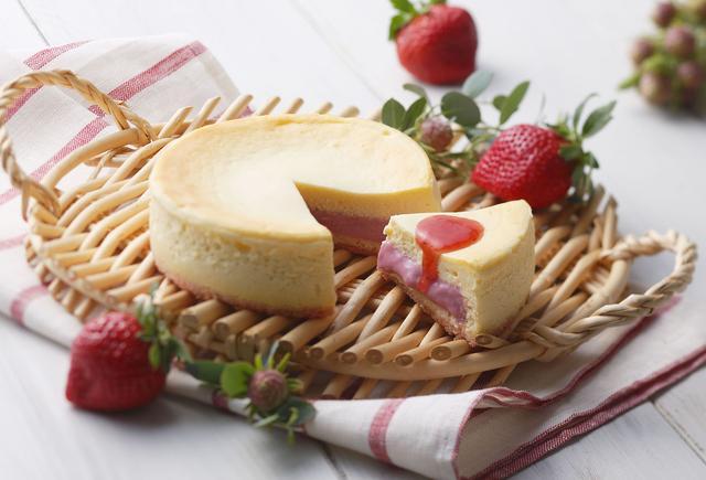 画像: 「苺フォンダンフロマージュ」 価格:1,728円(税込) いちごの美味しさをとじこめたチーズケーキ!クリームチーズを使用してふわっとした食感に仕上げたスフレチーズケーキの中に、福岡県特産『博多あまおう苺』を使用したとろりとした口あたりの苺カスタードクリームが入っています。別添えのあまおう苺ソースをかけて、さらに苺づくしの味わいに。