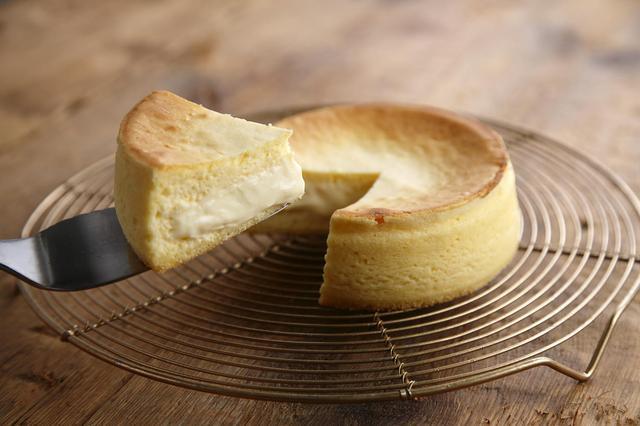 画像: 「フォンダンフロマージュ」 価格:1,728円(税込) クリームチーズを使用して、ふわっとした食感に仕上げたスフレチーズケーキをカットすると、とろりとした口あたりのチーズカスタードクリームが入っています。ふわとろの食感とチーズの奥深い味わいをお楽しみ頂けます。