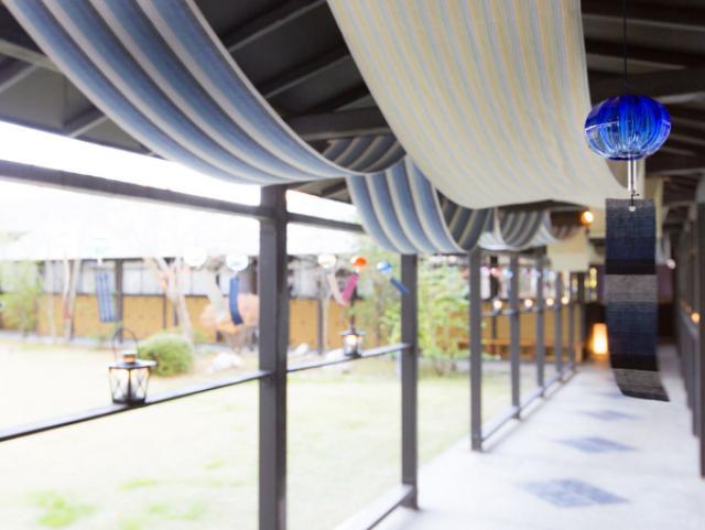 画像: 館内の大浴場へ続く回廊に、夏季限定で涼しげな遠州綿紬の「天幕」やカラフルなガラスと綿紬を使った「風鈴」を飾ります。浜名湖からの心地よい風とともに、涼を運んでくれます。温泉を楽しんだあとは、夏の湯上がりにぴったりなパッションフルーツの水出し煎茶とハチミツグレープフルーツの冷たいほうじ茶をお召し上がりください。 ■期間:2016年6月1日~8月31日 ■場所:1階の回廊(遠州綿紬の天幕と風鈴)/1階の湯上がり処(ドリンク) ■料金:無料
