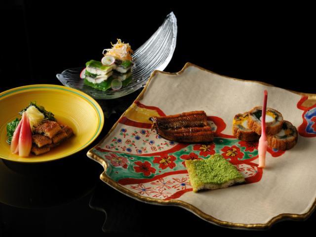画像: 旅の醍醐味は、何といってもお食事。浜名湖エリアの山海の幸・お茶とうなぎを存分に味わえるのが、特別会席「うなぎとお茶の会席」です。うなぎは特製だれにつけて焼いた蒲焼きはもちろん、茶葉を重ねてじっくり焼き上げた白焼き、春菊・山芋・菊花を巻いた斬新な蒲焼ロールと、3種類の異なる味わいをご堪能いただけます。 ■期間:2016年4月1日~8月31日 *ゴールデンウィーク、お盆期間は除外 booking.hoshinoresort.com