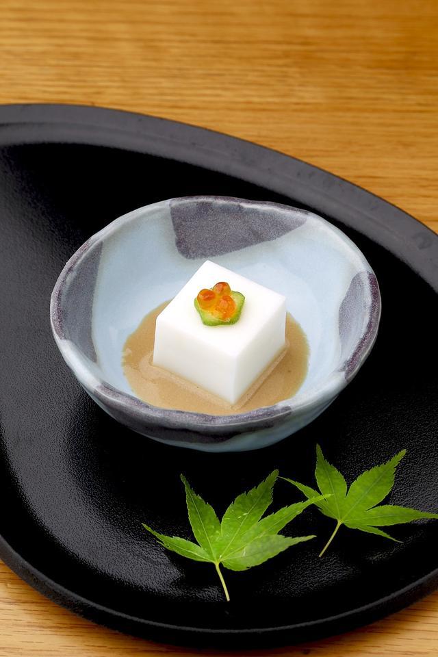 画像: 【12F】銀座しゃぶ通 好の笹(蒸ししゃぶ・しゃぶしゃぶ料理) 牛乳豆腐 ≪ディナータイム/全コースの先付≫ 「明治おいしい牛乳」を吉野くずと合わせ、よく練り上げることで、ぷるぷるした豆腐に仕上げました。「明治おいしい牛乳」入りの胡麻醤油と一緒にどうぞお召し上がりください。