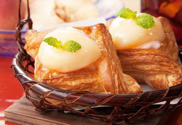 画像: ◆MIYABIデニッシュ白桃 250円(税込)【期間限定】 ジューシーな山形産白桃のシロップ漬けと、ピーチリキュールを使った上品な味わいの白桃クリームが相まったデザート感覚のMIYABIデニッシュです。フレッシュな白桃の美味しさを満喫できます。