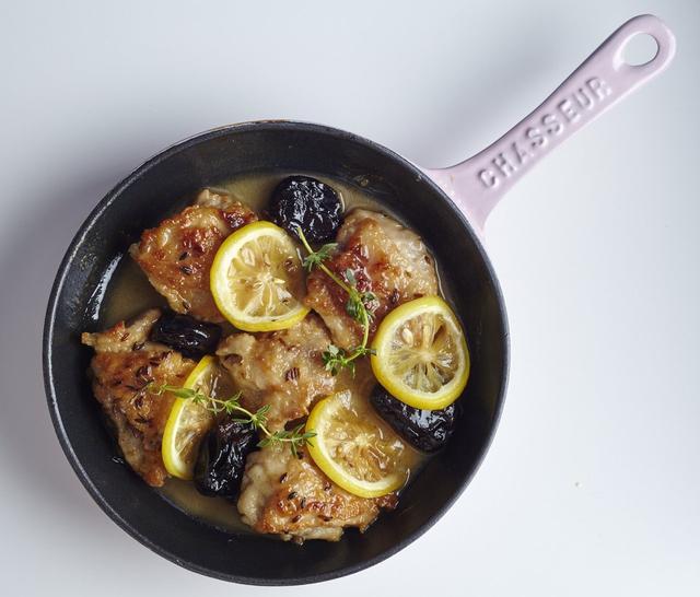 画像: スキレットグリル チキンのモロッコレモン 1,180 円 グリルした鶏肉をレモン、プルーンと一緒に焼きあげたモロッコスタイル。クミンとタイムの香りがアクセント。